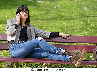 brunetka, posiedzenie, młody, telefon, ława, park, outdoors, dziewczyna