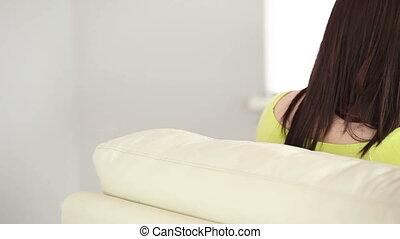 brunetka, posiedzenie na leżance