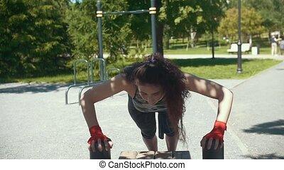 brunetka, -, słoneczny, młody, pushups, kobieta, powolny-ruch, outdoors, ława, dzień