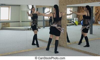 brunetka, taniec, uroczy, staże, brzuch, przód, lustro.