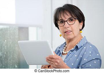 brunett, digital, sittande, kvinna, mogna, soffa, kompress, användande