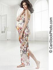 brunett, innehållsrik kvinna, tröttsam, blommad klänning