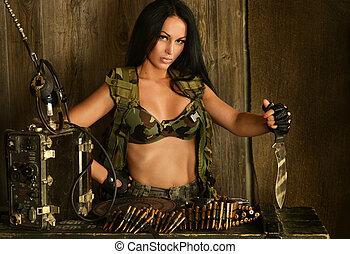brunett, kvinna, med, projektiler, och, kniv