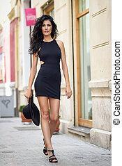 brunetta, donna, nero portare, seducente, vestire, in, il, strada