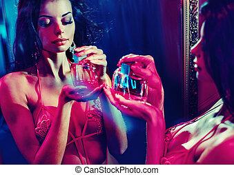brunetta, presa a terra, bottiglia profumo, signora, sensuale