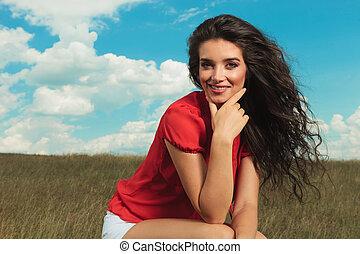brunetta, seduta, campi, mentre, macchina fotografica, sorridente