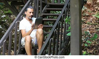 brunetta, uomo, usando, tavoletta digitale