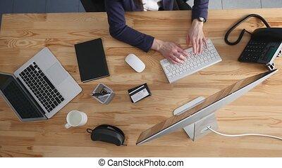 brunette, angle, bureau fonctionnant, femme affaires, jeune, laptop., élevé, elle, bureau, paperasserie, documents, vue