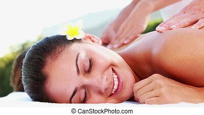 brunette, apprécier, sourire, masage