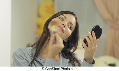 brunette, elle, poudres, figure, regarder, séduisant, miroir, brosse