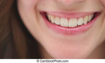 brunette, femme souriant, gros plan