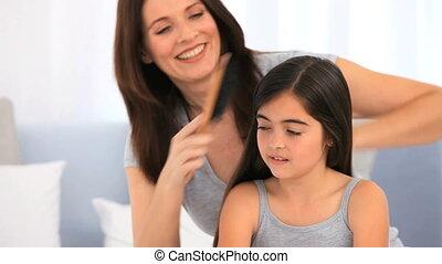 brunette, fille, elle, cheveux réparation, mère
