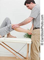 brunette, fysiotherapeut, stretching, een, voet
