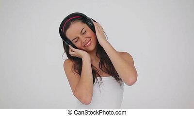 brunette, heureux, écouteurs, porter