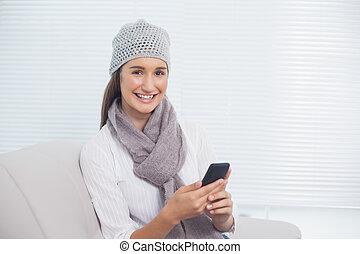 brunette, hiver, elle, gai, téléphone, joli, tenue, chapeau