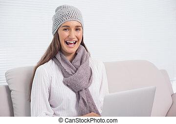 brunette, hiver, elle, ordinateur portable, utilisation, chapeau, heureux