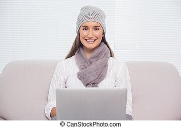 brunette, hiver, elle, ordinateur portable, utilisation, sourire, chapeau
