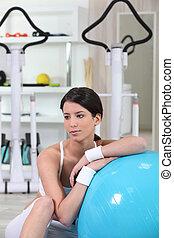 brunette, in, gym, met, evenwicht, bal