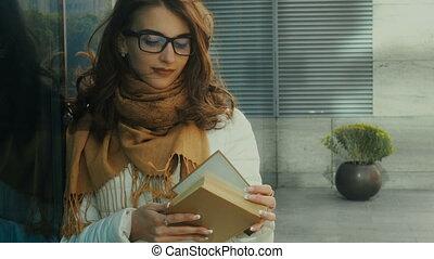 brunette, jeune, charmer, livre, lecture étudiant
