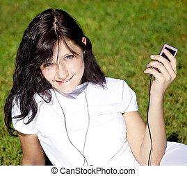brunette, joli, jeune, park., musique écouter, vert, girl, herbe