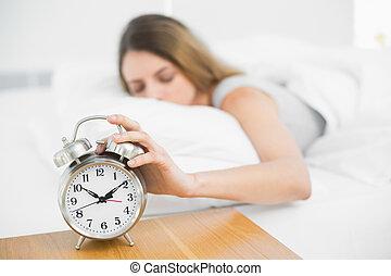 brunette, kalm, vrouw, het liggen, op, haar, bed, met, ogen...