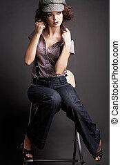 brunette, meisje, het poseren, op, donkere achtergrond