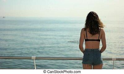 brunette, meisje, in, kniebroek, naar kijkt, de, zee
