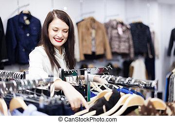 brunette, meisje, op, de opslag van de kleding
