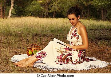 brunette, mooie vrouw, het boek van de lezing, op, een, weide