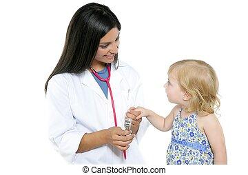 brunette, pédiatrique, docteur, à, blonds, petite fille