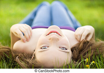 brunette, pré, jeune, adolescent, sourire, girl