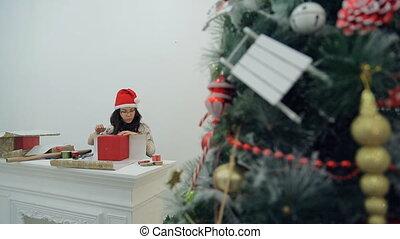 brunette, séance, arbre, packs., dons, asiatique, table, noël