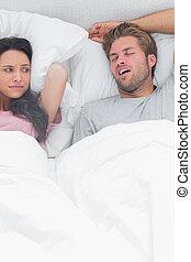 brunette, snurken, geërgerd, haar, echtgenoot