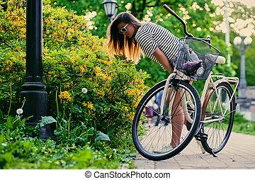 brunette, vélo, renifler, séduisant, femme, fleurs