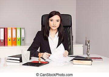 brunette, vrouw, publiek, notary, testament., ondertekening