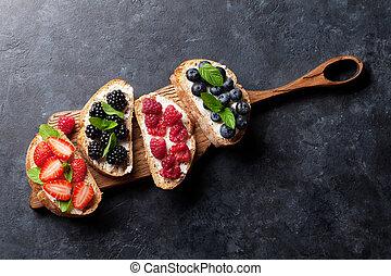 brushetta, oder, traditionelle , spanischer , tapas, mit, verschieden, beeren