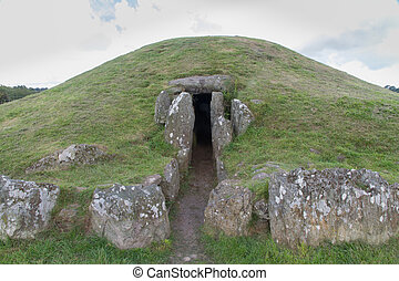 Bryn Celli Ddu prehistoric passage tomb. Entrance shown. -...