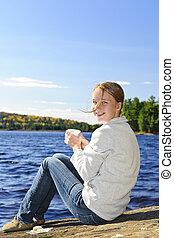 brzeg, kobieta, jezioro, odprężając, młody