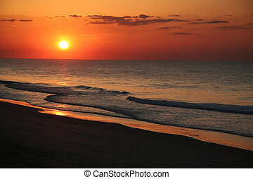 brzeg morza wschodu, plaża, wschód słońca