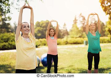 brzemienność, yoga., trzy, brzemienne kobiety, reputacja, w parku, i, czyn, wykonuje