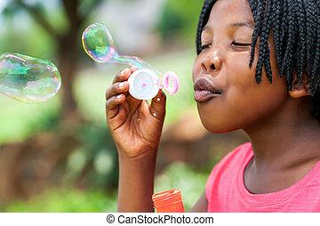 bubbles., niña, soplar, africano, trenzas