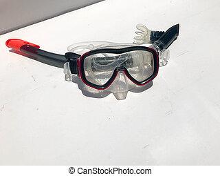 buceo, transparente, máscara, para, natación, agua, con, un, negro, tubo que respira, bajo el agua, en, un, blanco, fondo.