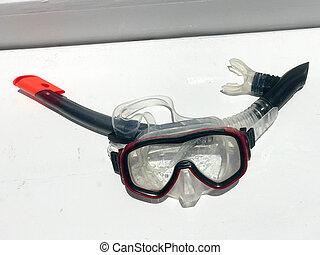 buceo, transparente, mojado, máscara, para, natación, agua, con, un, negro, tubo que respira, bajo el agua, en, un, blanco, fondo.