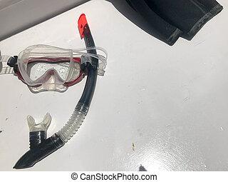 buceo, transparente, mojado, profesional, máscara, para, el nadar bajo el agua, con, un, negro, tubo que respira, bajo el agua, y, un, pedazo, de, un, juicio que zambulle, en, un, blanco, fondo.
