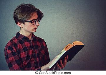 buch, wand, lesende , seine, kopie, seite, freigestellt, junge, zufriedengestellt, vorbereitet, tragen, ansicht, session., porträt, brille, genießen, schueler, kerl, hintergrund, grau, space., jugendlich, prüfungen, fokussiert, liebling