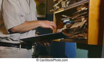 buchhaltung, schreiber, retro, berührungen, der, papier, alter mann, in, ein, altes , buero