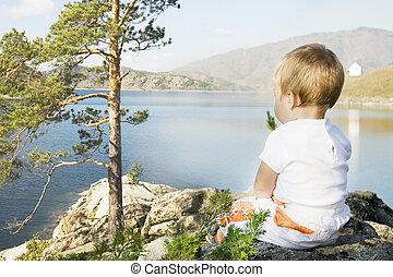 buchtarma., niño, sentado, en, el, orillas, de, inlet.