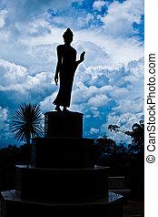buddha, silhouette, und, der, blauer himmel, auf, der, berg, in, thailand