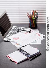 buero, arbeitsplatz, mit, laptop, berichte, und, bleistifte