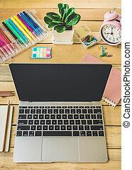 buero, arbeitsplatz, mit, mit, laptop, berichte, und, bleistifte, auf, hölzerner schreibtisch, tisch